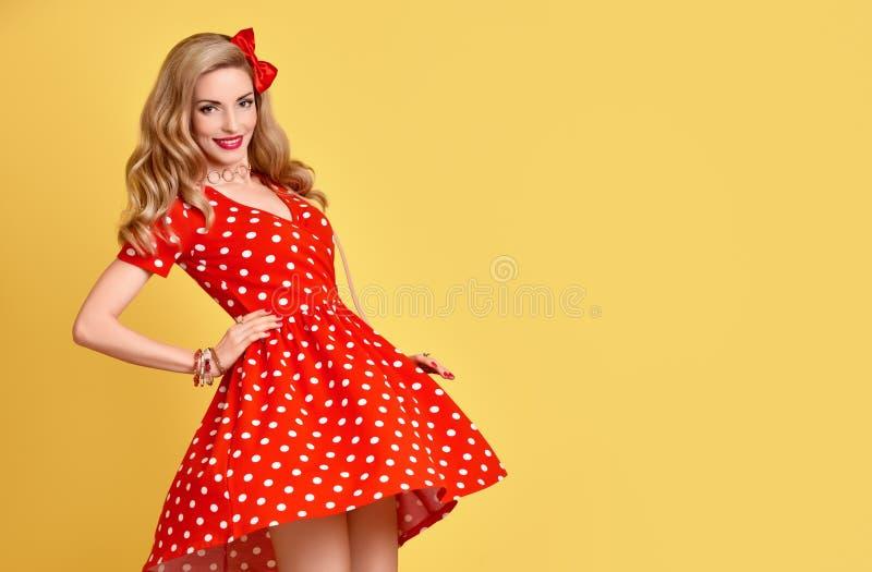 Menina do PinUp da forma na polca vermelha Dots Dress vintage imagens de stock royalty free