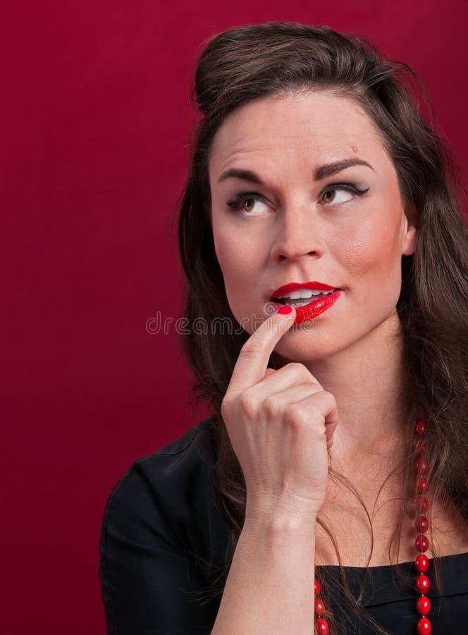 Menina do Pinup profundamente no pensamento foto de stock