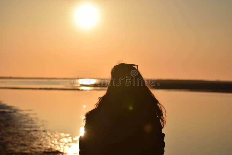 Menina do por do sol foto de stock royalty free
