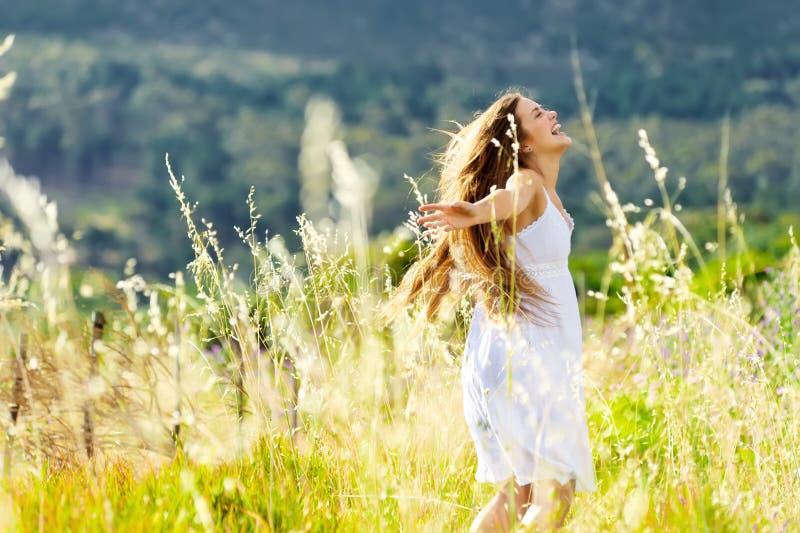 Menina do prado da dança do por do sol foto de stock