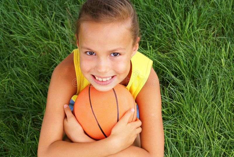 Menina do Preteen com basquetebol fotos de stock
