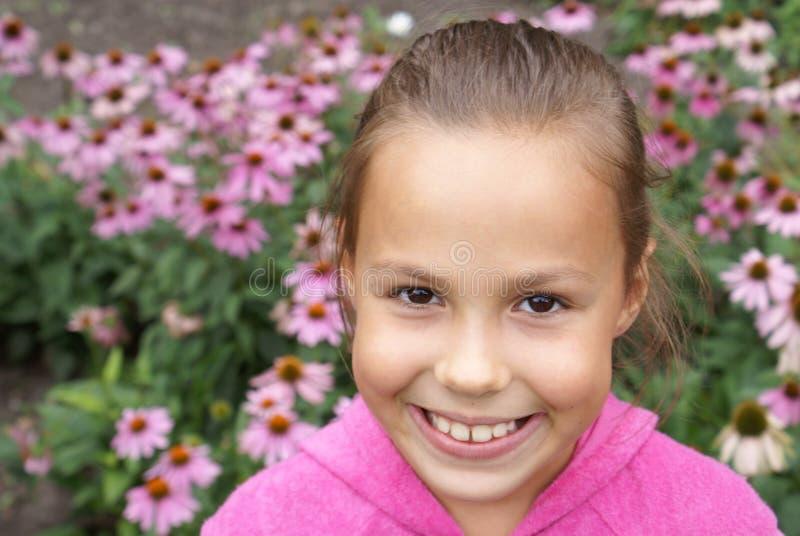 Menina do Preteen com flores fotografia de stock