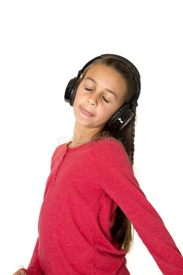 Menina do Preteen com a língua fechado dos olhos que escuta para fora a cabeça da música imagem de stock royalty free