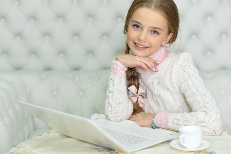 Menina do Preteen com portátil imagem de stock