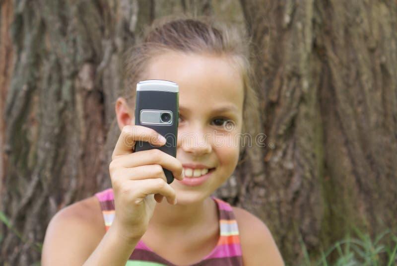 Menina do Preteen com telefone de pilha imagem de stock royalty free