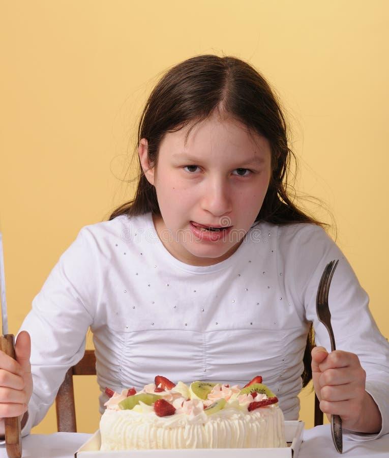 Menina do Preteen e um bolo imagens de stock