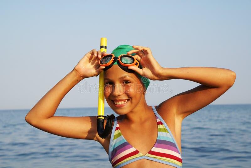 Menina do Preteen na praia do mar imagem de stock