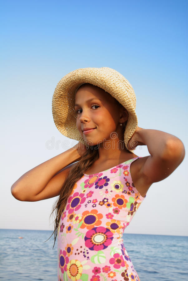 Menina do Preteen na praia do mar foto de stock