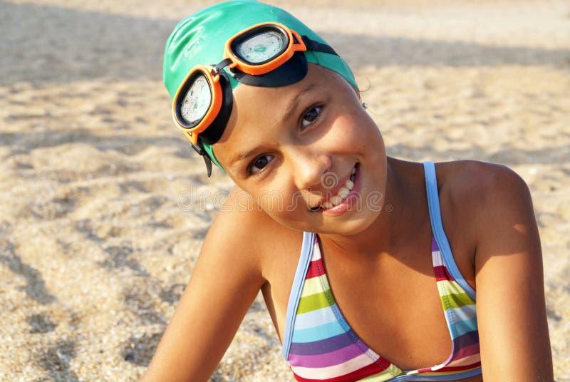 Menina do Preteen na praia do mar fotos de stock