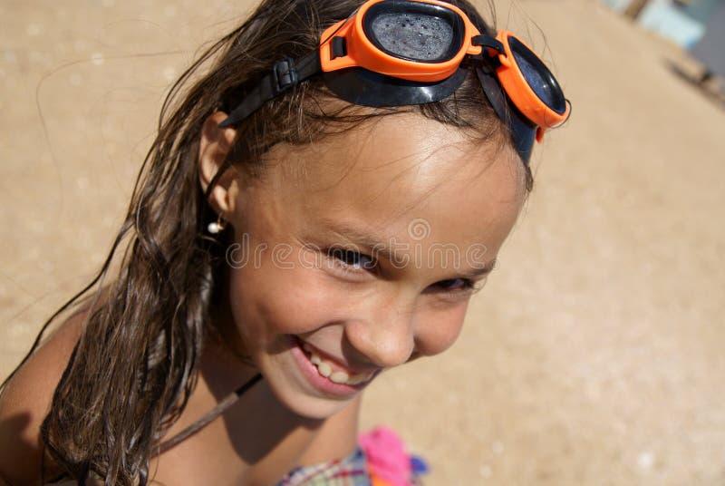 Menina do Preteen na praia do mar foto de stock royalty free