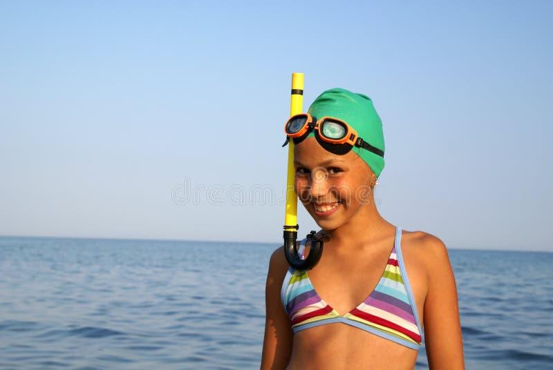 Menina do Preteen na praia do mar imagens de stock