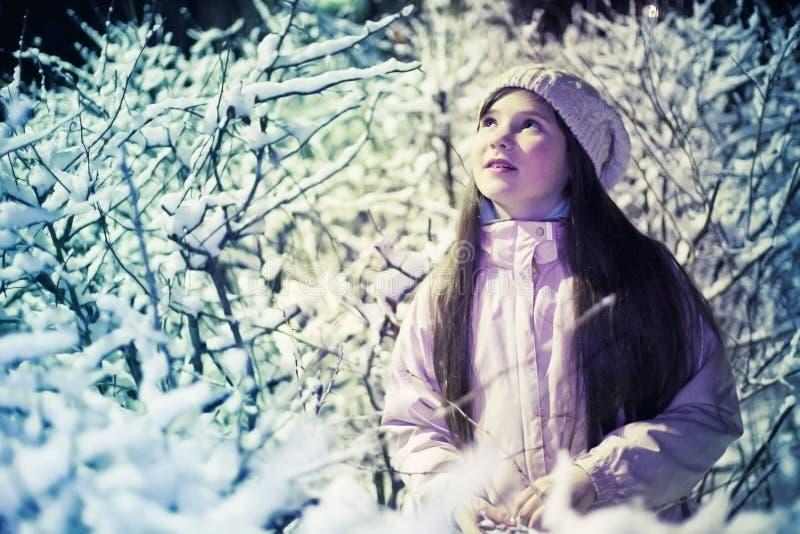 Menina do Preteen no chapéu e no revestimento brancos feitos malha imagem de stock royalty free