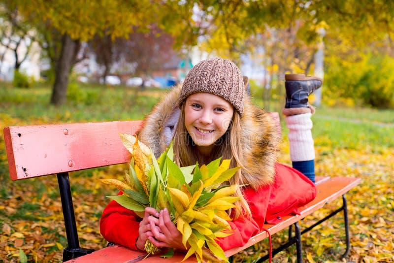 Menina do Preteen no parque do outono com folhas fotografia de stock royalty free