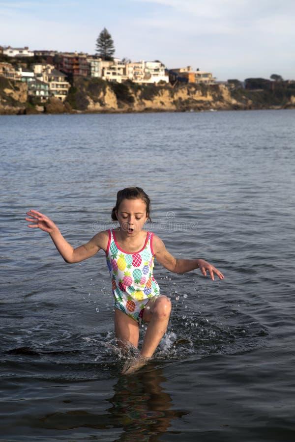 A menina do Preteen no roupa de banho que joga no Oceano Pacífico Newport seja imagens de stock royalty free