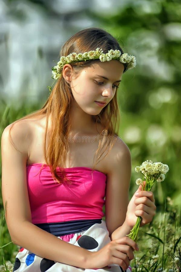 Menina do Preteen no trevo verde fotografia de stock royalty free