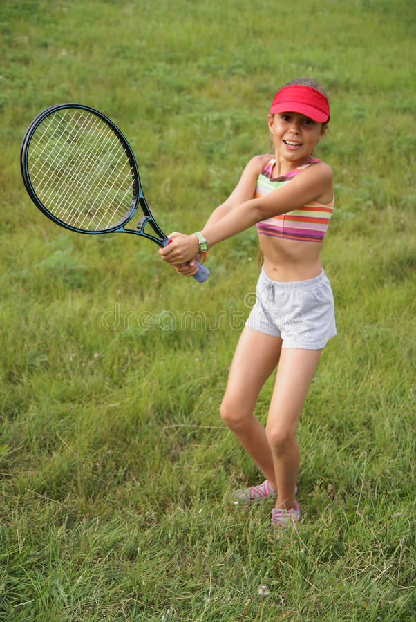 Menina do Preteen que joga o tênis fotografia de stock royalty free