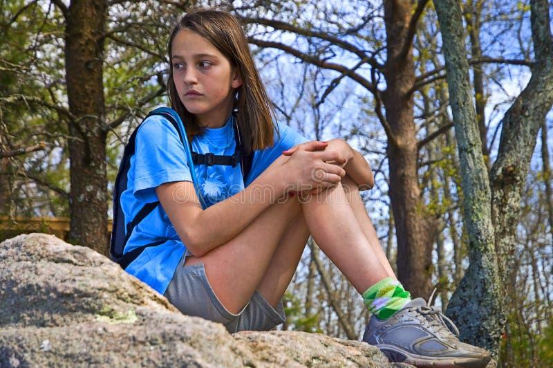 Menina do Preteen que senta-se ao ar livre fotografia de stock royalty free