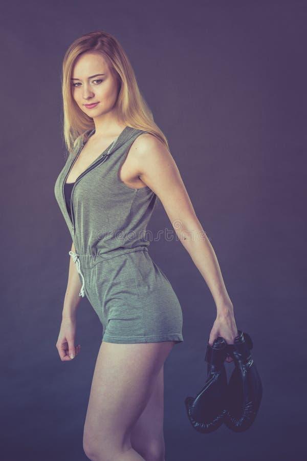 Menina do pugilista que guarda luvas de encaixotamento fotografia de stock royalty free