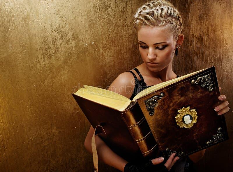 Menina do punk do vapor com um livro. imagem de stock royalty free