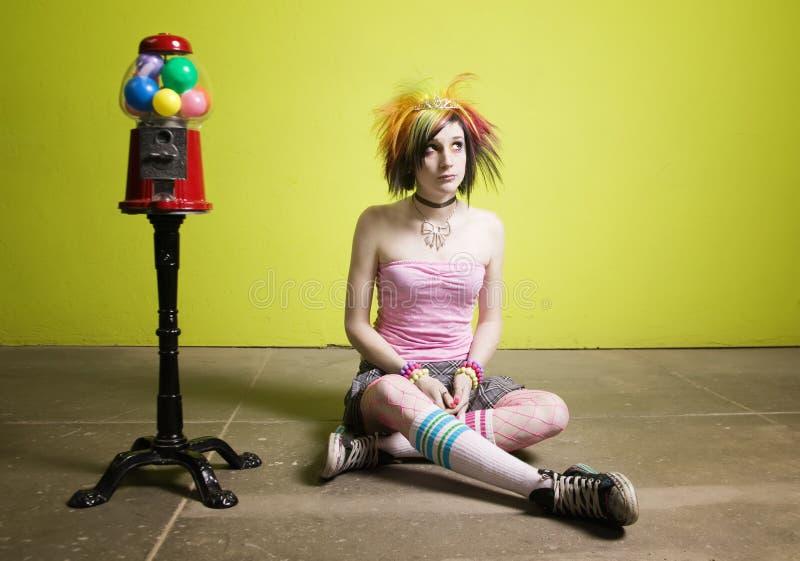Menina do punk na frente de uma parede verde fotografia de stock
