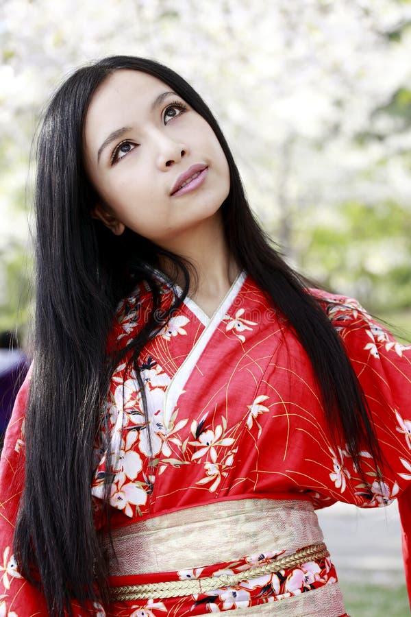 Menina do quimono na mola fotografia de stock