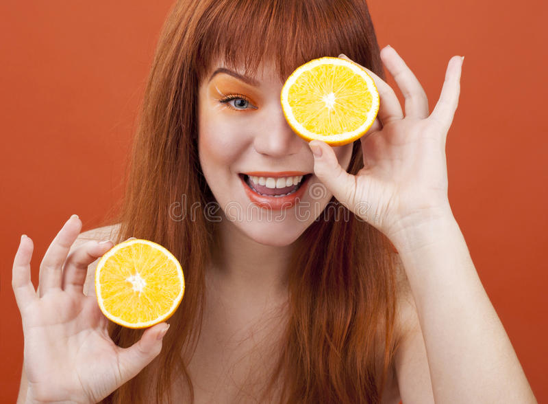 Menina do Redhead com laranja fotos de stock royalty free