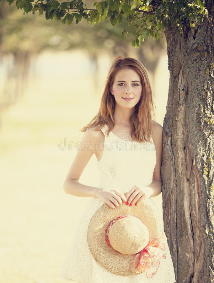 Menina do Redhead na aléia da árvore. fotos de stock royalty free
