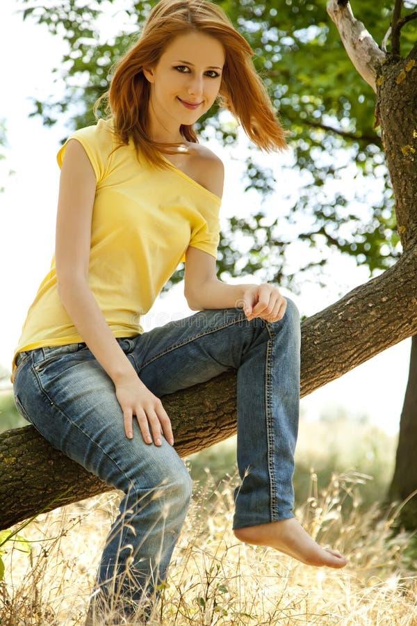 Menina do Redhead no parque do verão. imagem de stock