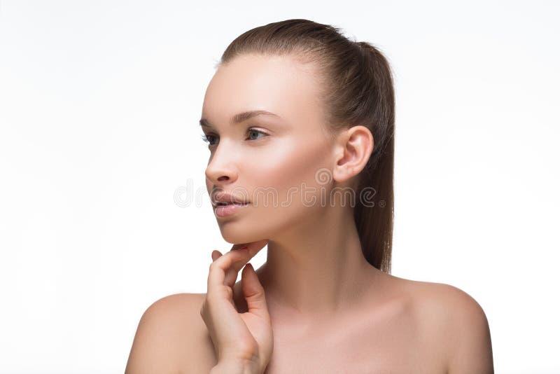 Menina do retrato da cara da mulher da beleza com sorriso de vista fêmea da câmera da pele limpa fresca perfeita Conceito da juve imagem de stock