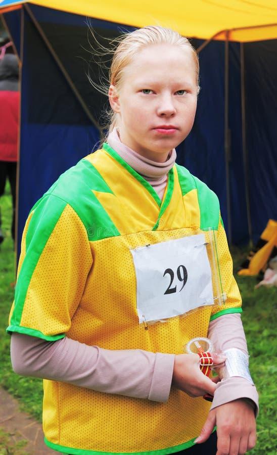 Menina do retrato em competições orienteering do esporte fotografia de stock royalty free