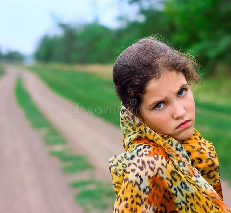 Menina do retrato na natureza