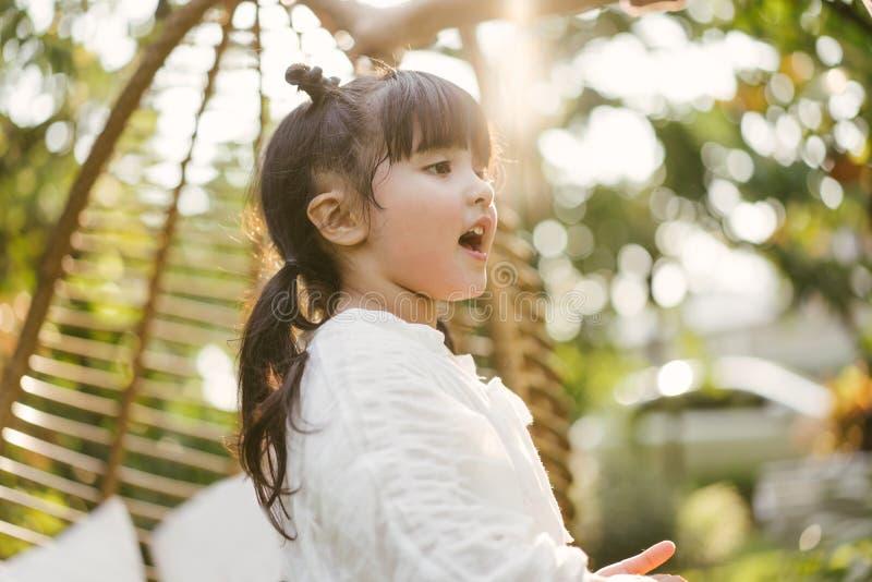 Menina do retrato no parque natural Mi?do bonito fotografia de stock