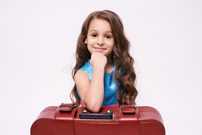 Menina do retrato Viagem de espera Fundo branco suitcase fotografia de stock royalty free