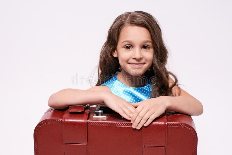 Menina do retrato Viagem de espera Fundo branco suitcase imagem de stock royalty free