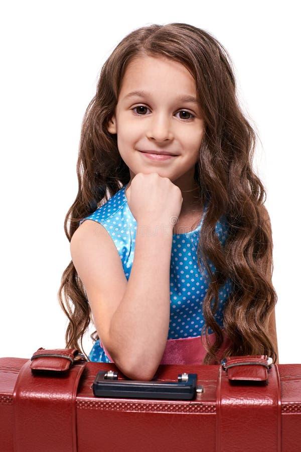 Menina do retrato Viagem de espera suitcase Fundo branco imagens de stock