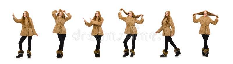 Menina do ruivo no casaco de pele isolado no branco imagens de stock
