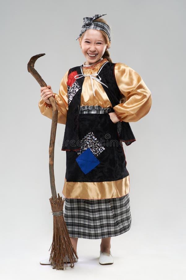 Menina do ruivo no riso do traje da bruxa fotografia de stock royalty free