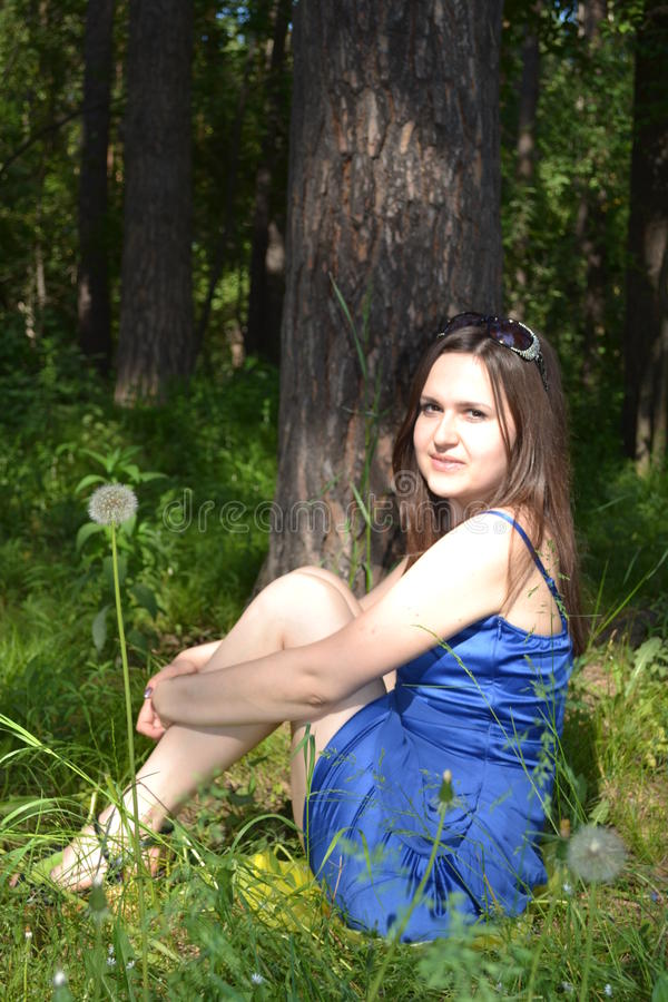 A menina do russo na floresta do russo imagem de stock