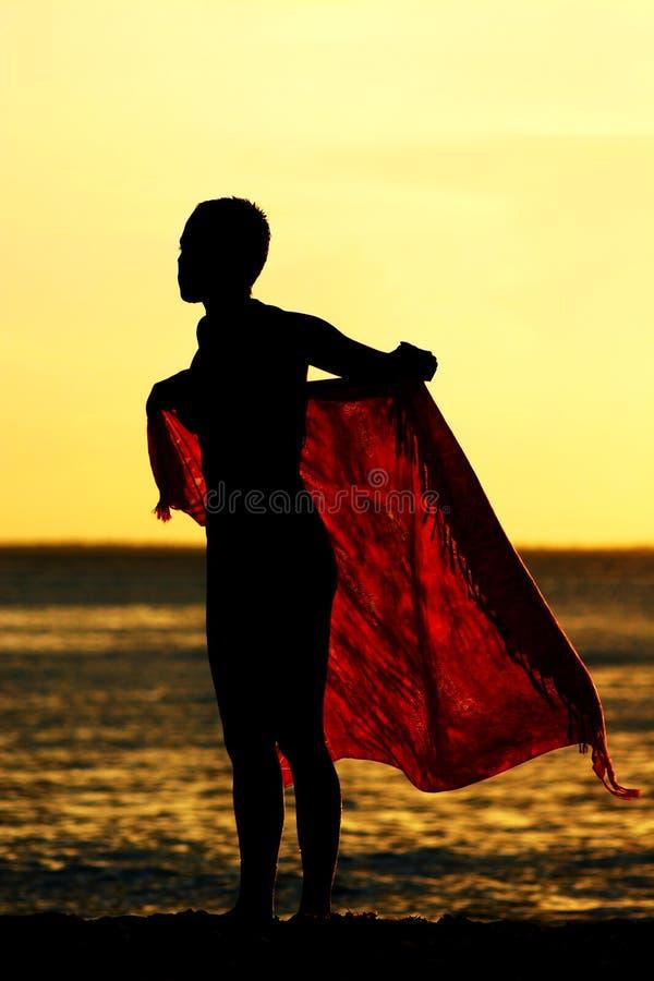 Menina do Sarong do por do sol fotografia de stock royalty free