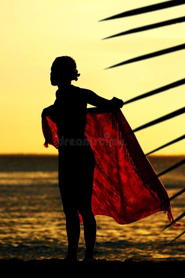 Menina do Sarong do por do sol imagem de stock