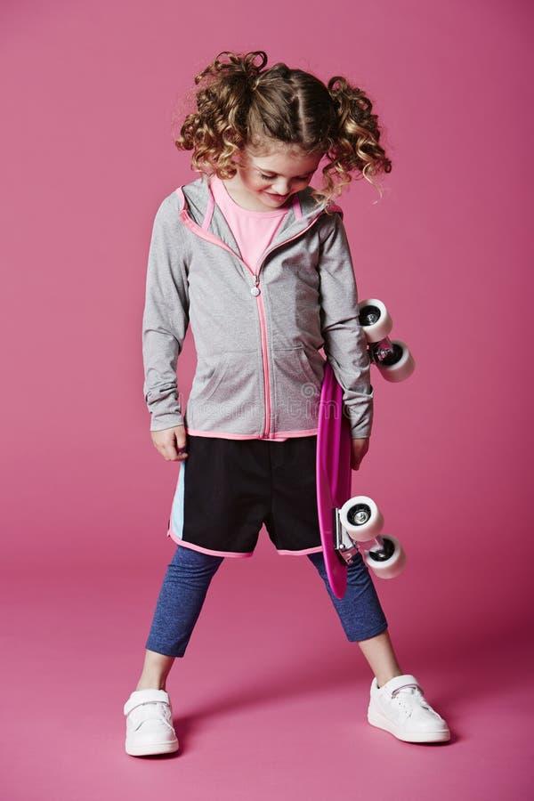 Menina do skater que olha para baixo fotos de stock royalty free