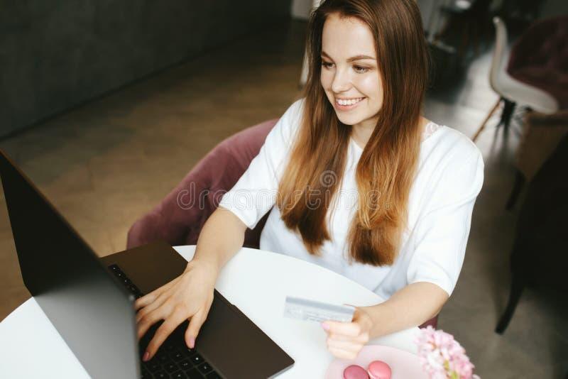 Menina do smiley que datilografa no teclado do portátil fotos de stock