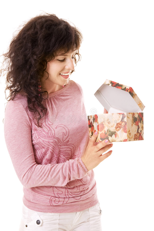 Menina do smiley que olha na caixa de presente imagem de stock
