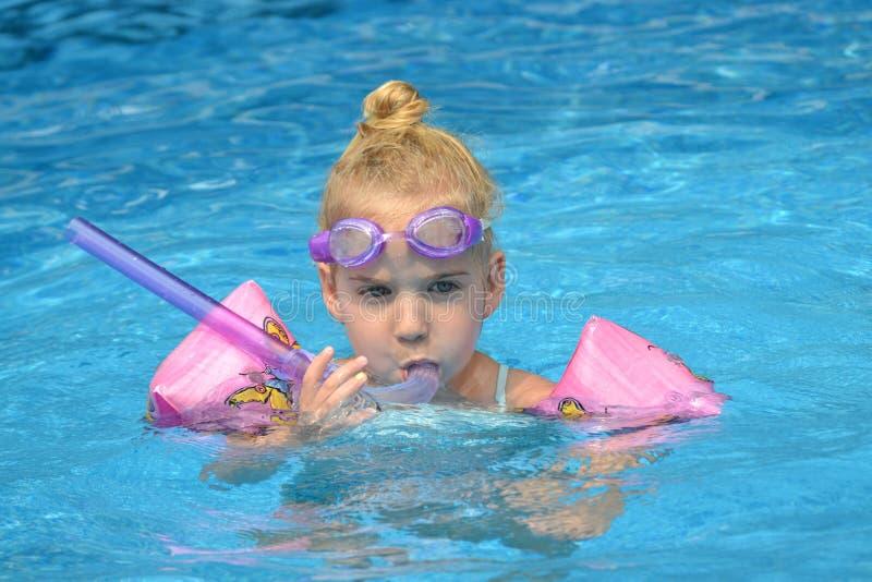 Menina do Snorkel foto de stock royalty free