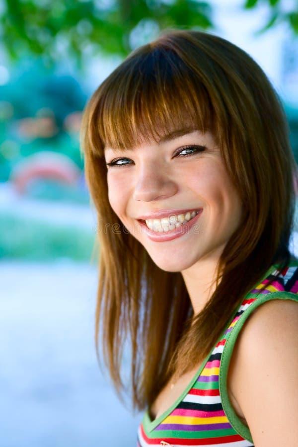 Menina do sorriso dos jovens do retrato foto de stock