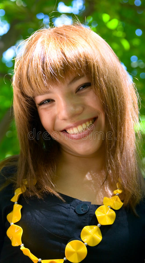 Menina do sorriso dos jovens do retrato fotografia de stock royalty free