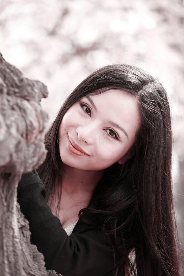 Menina do sorriso na mola fotografia de stock