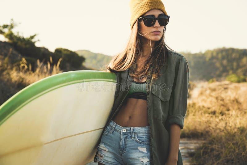 Menina do surfista fotos de stock royalty free