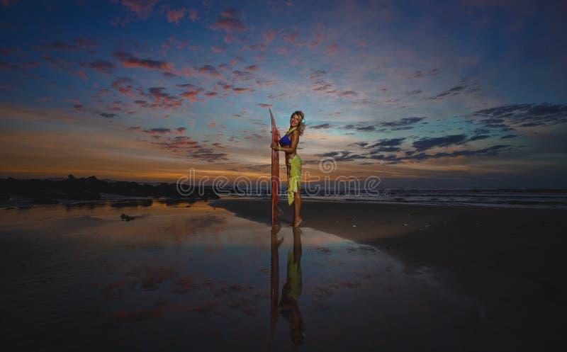 Menina do surfista fotografia de stock royalty free