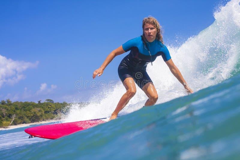 Menina do surfista na onda fotografia de stock
